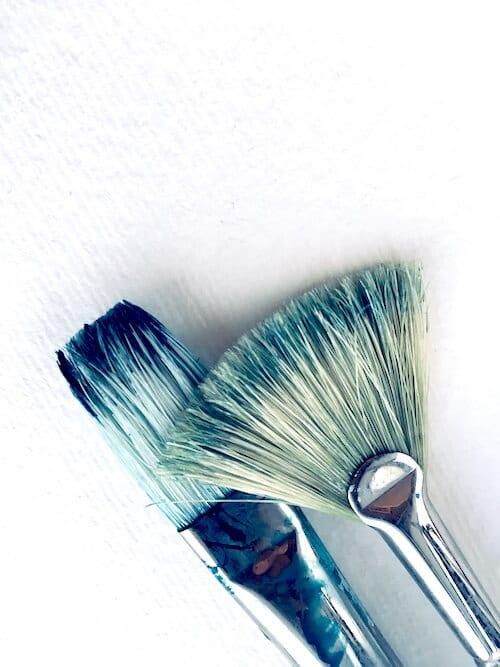 Du siehst zwei Borstenpinsel als Cover zum Artikel Kreatives Kribbeln