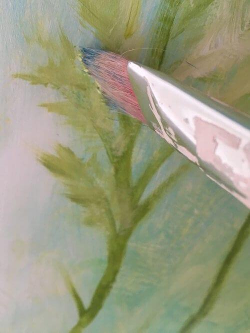 Du siehst einen breiten Borstenpinsel, dieser ist ideal für die Blätter