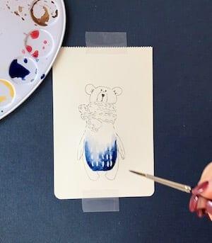 Man sieht einen Bären, gemalt von Dodo Kresse,hier das Einfließen der indigoblauen Farben