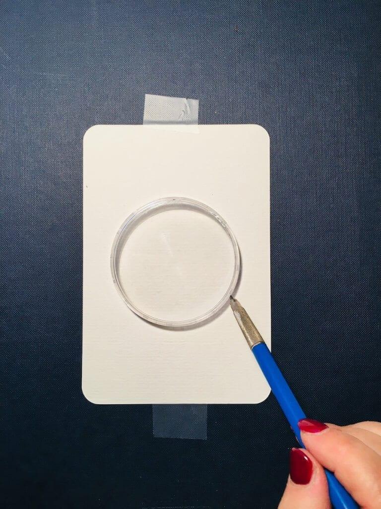 Man sieht, wie um eine Kreisschablone ein Bleistift geführt wird.