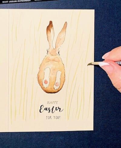 Man sieht eine Osterkarte, gemalt von Dodo Kresse für Creative Club - die Wiese wird gemalt