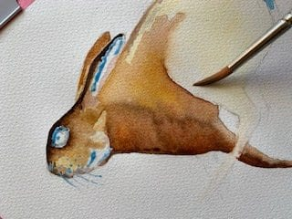Jetzt malt Dodo das Hinterbein des Osterhasen
