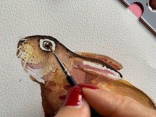 Man sieht wie die Pupille des Osterhasen gemalt wird