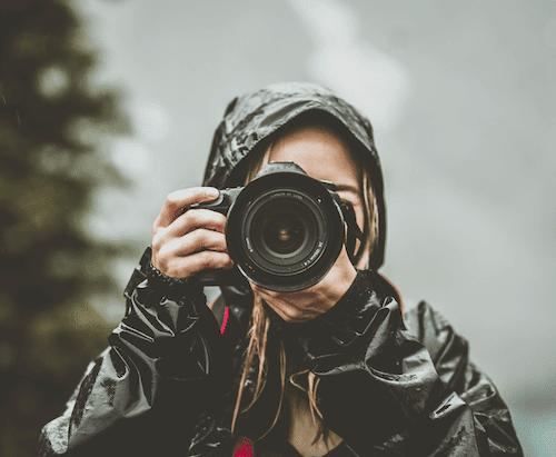 Du siehst ein Foto von einem Mädchen, das gerade fotografiert. Es ist inspiriert und voller Interesse, das ist die Basis, um kreativ zu leben.