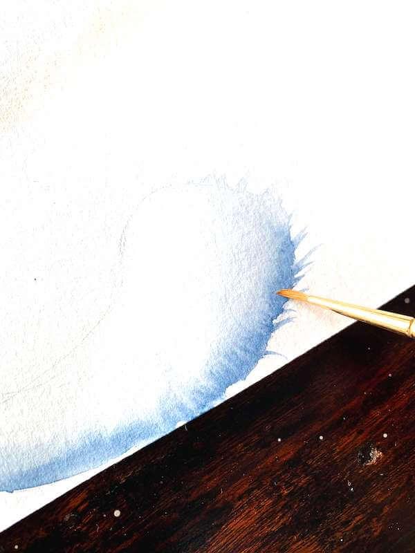 Hier siehst du wie Dodo den Schwanz der Katze mit Indigo aquarelliert.