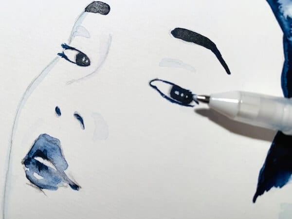 French Kiss: du siehst wie dodo die augenlichter mit weißem rollerpen zeichnet