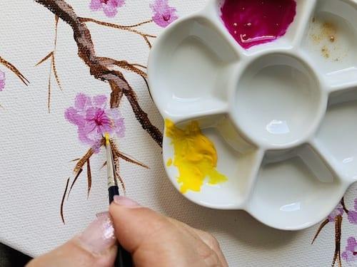 du siehst wie ich die staubgefässe der Kirschblüten male