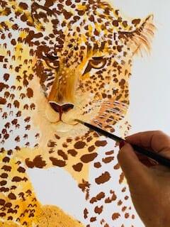 Du siehst, wie ich die Schnauze des Leopard neu male. Sie ist nun an einer anderen Stelle mit Acrylfarben retuschiert.