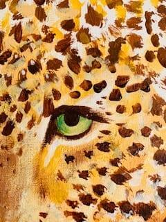 Du siehst eine Detailaufnahme des einen Auges des Leoparden