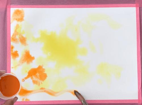 die ersten Aquarell Lasuren werden in gelb und orange gesetzt