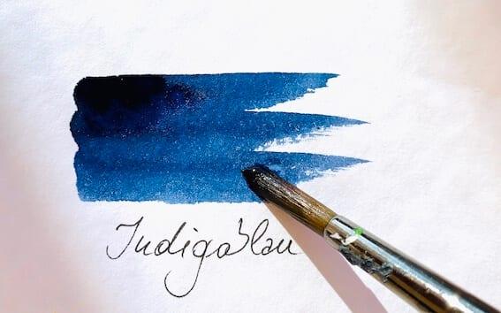 du siehst die Farbe Indigoblau, aufgetragen mit einem Aquarellpinsel