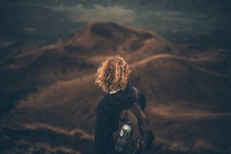 du siehst ein Mädchen auf einem Berg