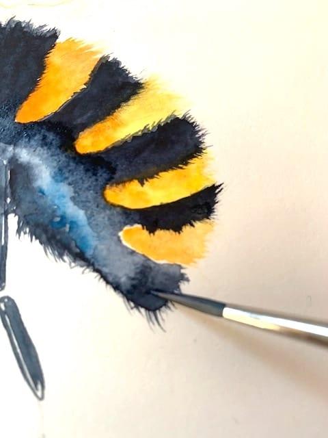 Hier siehst du wie ich das Hinterteile der Aquarell Biene mit einem schmalen Haarpinsel male