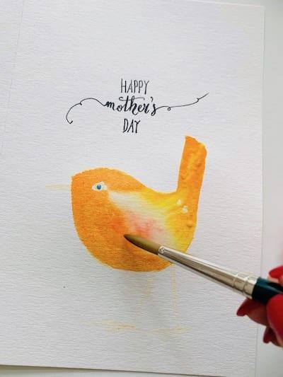 Du siehst wie ich den Bauch des Vogels auf der Muttertagskarte male