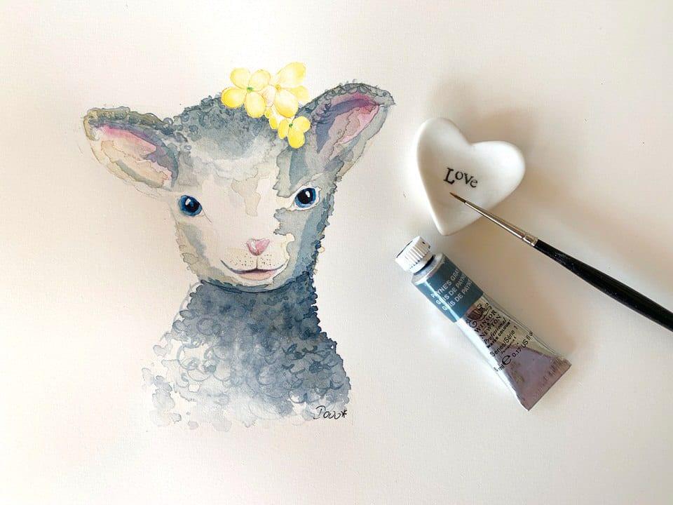 Du siehst ein Schaf, gemalt mit Aquarellfarben, auf dem Kopf eine gelbe Blume