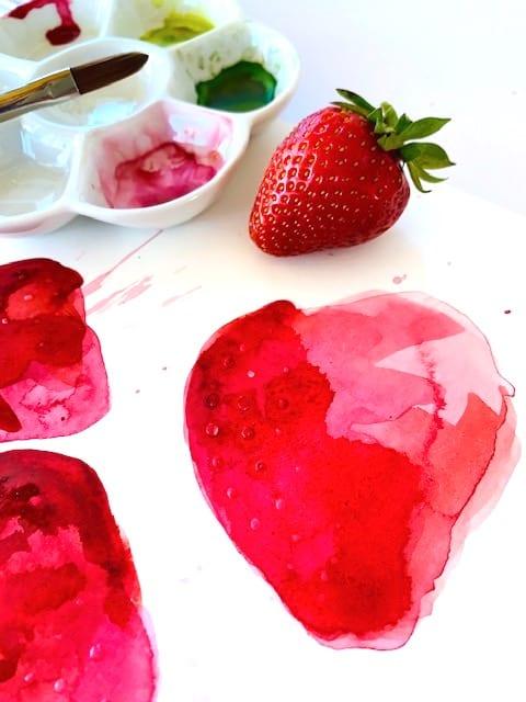 du siehst eine echte Erdbeere als vorlage zum Aquarell der roten fruechte