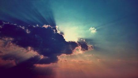 Du siehst ein Foto von Wolken vor einem Sonnenuntergang