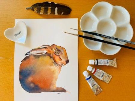 Du siehst den Hasen mit Aquarellfarben als Coverbild des Blogbeitrages