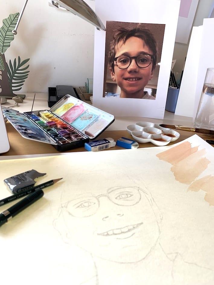 Du siehst das Kinderportrait mit Bleistift auf meinem Schreibtisch