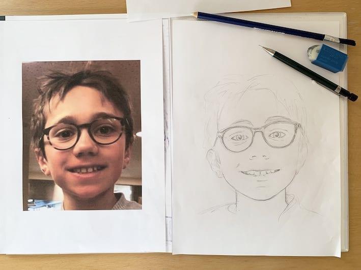 Du siehst linkerhand das Kinderportrait mit Bleistift und rechterhand die Fotovorlage