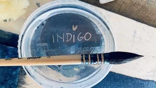 du siehst einen Pinsel und die farbe Indigo